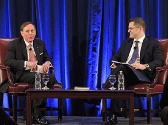 Predsednik CIRSD-a Vuk Jeremić i general David Petreus u razgovoru o američkoj spoljnoj politici